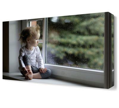 Pencere Önündeki Bebek Tablosu